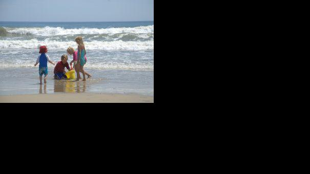 1205772_kids_on_family_beach_vacation_3.jpg